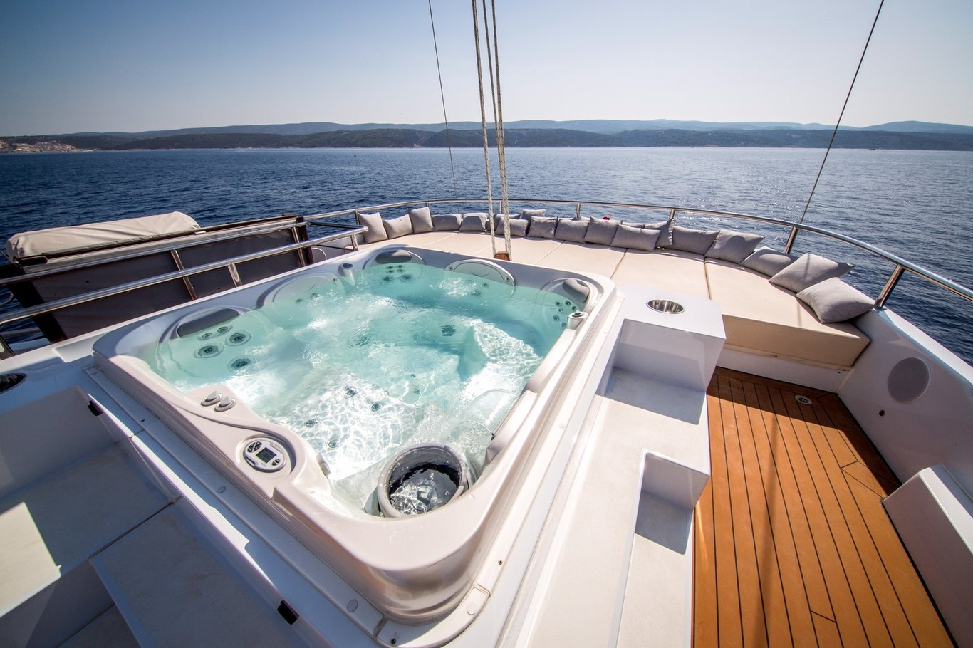 Built by the owners of Navilux, who continue to showcase their endless aptitude for elegance, charm, comfort, and class, Aiaxaia accommodates 12 guests